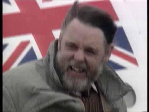stockvideo's en b-roll-footage met salman rushdie itn windy england raf lyneham cms terry waite smiling tilt down as he walks down aircraft steps - terry waite