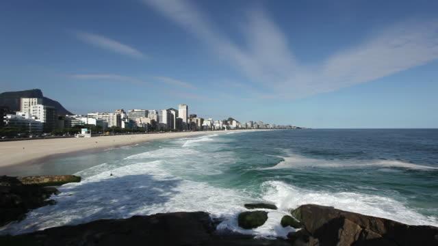 vídeos y material grabado en eventos de stock de ws leblon and ipanema beaches and praia do leblon e praia de ipanema ponta do arpoador / rio de janeiro, brazil - praia