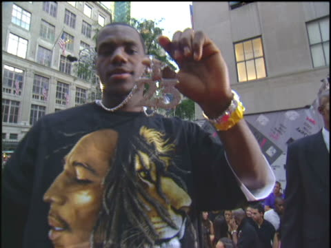 stockvideo's en b-roll-footage met lebron james attending the 2003 mtv mtv video music awards red carpet. - 2003