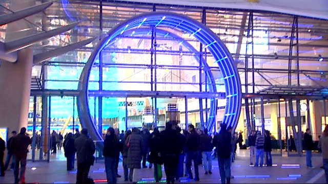 people arriving at the o2 england london greenwich o2 arena various nice general views of exterior of the o2 arena at dusk signage and people... - 2007 stock-videos und b-roll-filmmaterial