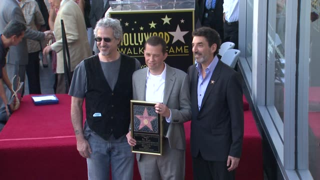 lee aronsohn jon cryer chuck lorre at the jon cryer honored with star on the hollywood walk of fame at hollywood ca - jon cryer video video stock e b–roll