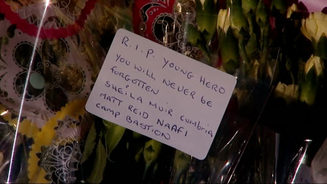 vídeos de stock, filmes e b-roll de tenth person arrested / rise in antimuslim incidents england south london woolwich ext mass floral tributes and people at scene where drummer lee... - parque green