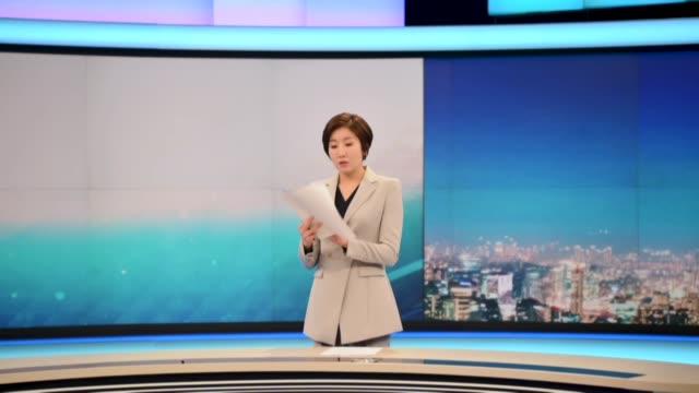 lee so jeong de 43 anos se convirtio en la primera mujer en presentar las noticias en un telediario en corea del sur donde durante decadas este... - hombres stock videos & royalty-free footage
