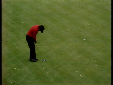 lee trevino short putt is conceded to give him a birdie on 18th hole and leave tony jacklin putting to stay in match world matchplay championship... - pga world golf championship stock-videos und b-roll-filmmaterial