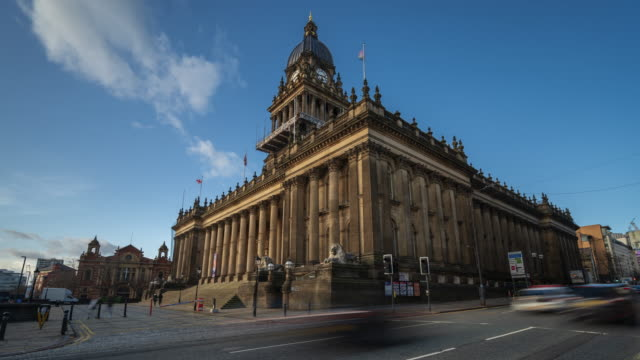 municipio di leeds a leeds, west yorkshire, inghilterra, time-lapse 4k - governo video stock e b–roll