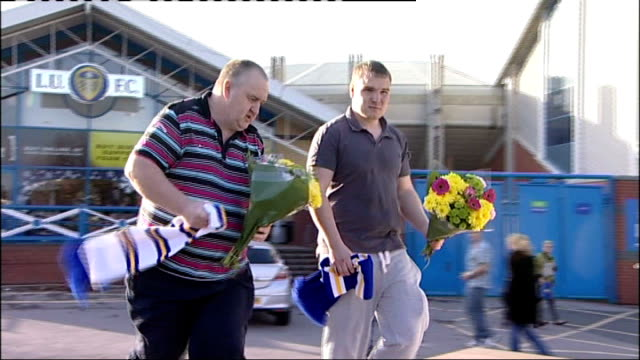 leeds united fans leave tributes to gary speed outside elland road england yorkshire leeds elland road ext low angle shot billy bremner statue / low... - sockel stock-videos und b-roll-filmmaterial