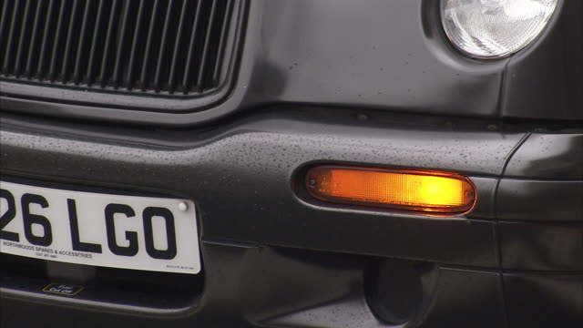 vidéos et rushes de left indicator light flashes on a black cab london available in hd. - taxi