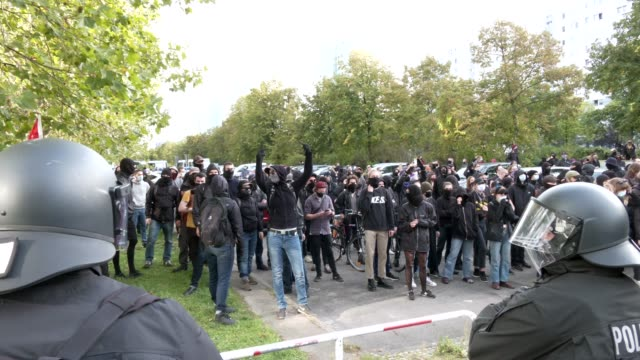 left wing activists are separated from the supporters of the far-right third way neo-nazi political party by a cordon and by the police as they... - nazism stock-videos und b-roll-filmmaterial