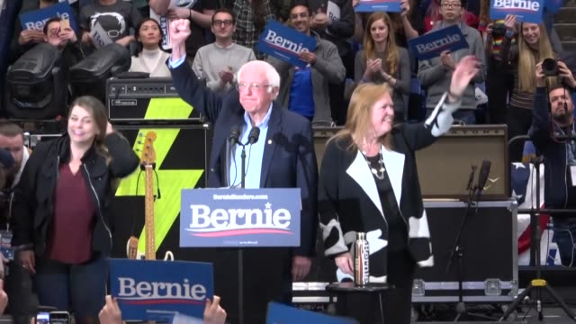 stockvideo's en b-roll-footage met leftist democrat presidential hopeful bernie sanders is greeted by an energetic crowd at a concert rally in new hampshire joined on stage by rising... - moderne rock