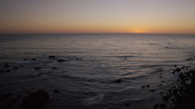 vídeos de stock e filmes b-roll de left-right coastline sunset pan - gema semipreciosa