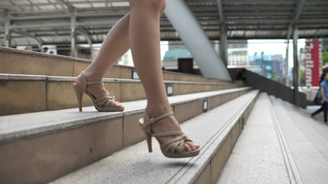stockvideo's en b-roll-footage met been van zakenvrouw wandelen met hoge hak - rok
