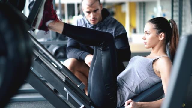 leg press exercise. - allenatore video stock e b–roll