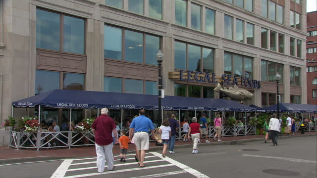 stockvideo's en b-roll-footage met ws legal seafoods long wharf exterior, 255 state street / boston, massachusetts, usa - westers schrift