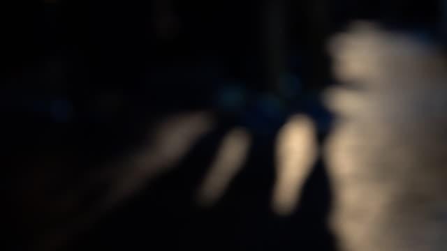 vídeos de stock e filmes b-roll de 4k: legs and shadows on the streets - membro