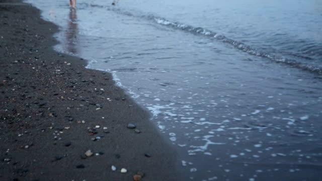 vídeos y material grabado en eventos de stock de piernas en primer plano durante unos pasos en la playa - planta del pie
