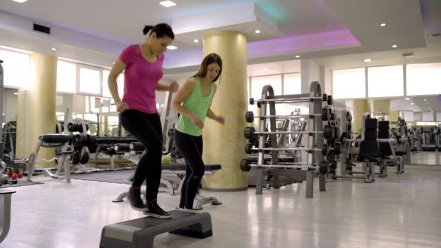vídeos de stock, filmes e b-roll de conceito dos pés-treinamento da aptidão na ginástica - instrutor de fitness