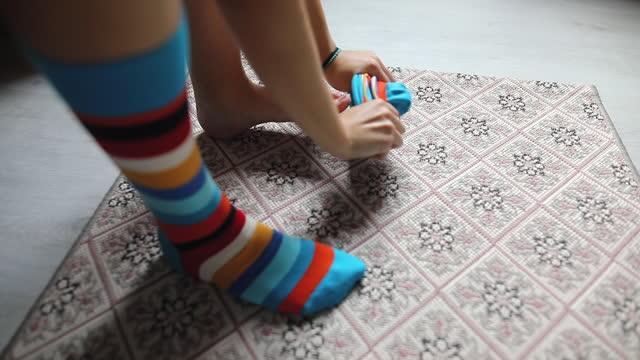 vídeos y material grabado en eventos de stock de piernas en calcetines divertidos - the media