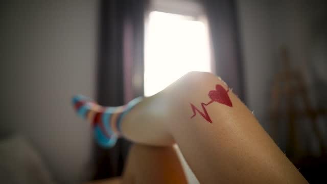 vídeos de stock e filmes b-roll de legs in funny socks with tattoo - fofo descrição física