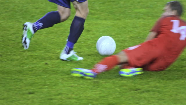 vídeos de stock e filmes b-roll de slo mo legs of a football player dribbling across the field - football