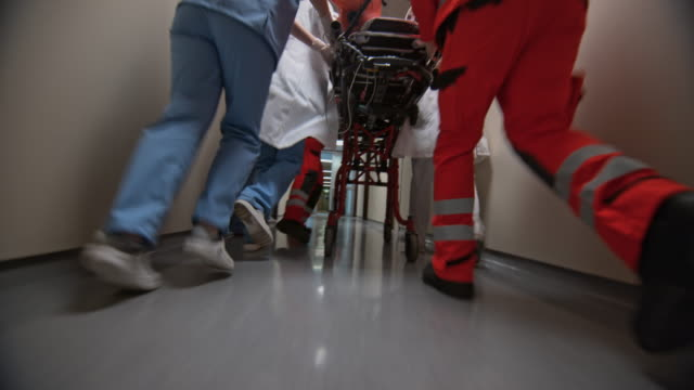 vidéos et rushes de ds legs of a medical team bringing a patient on the stretcher into the er - accident et désastre