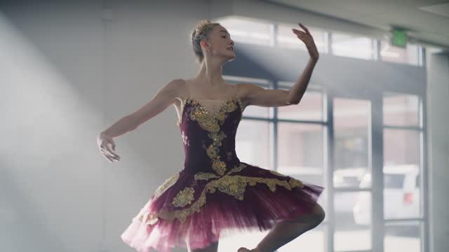 vídeos y material grabado en eventos de stock de legs of ballerina practicing dancing en pointe in dance studio / lehi, utah, united states - lehi