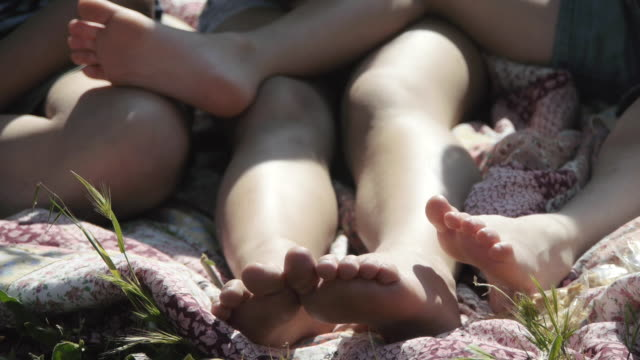 legs of children outdoors - barefoot点の映像素材/bロール