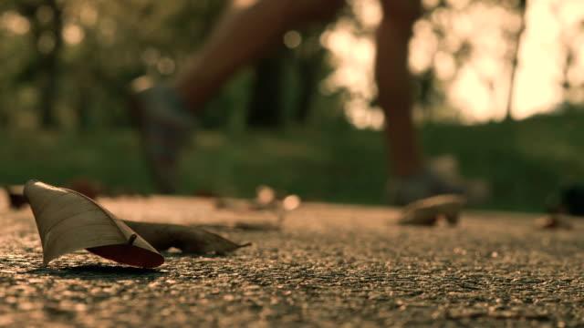 vídeos de stock, filmes e b-roll de pernas de movimentar-se - fazendo cooper