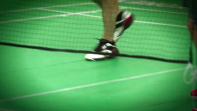 stockvideo's en b-roll-footage met legs of players playing badminton - spelkandidaat