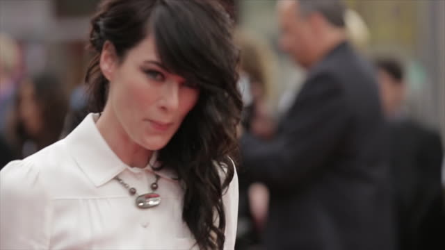 legs to lena headey posing for paparazzi along the red carpet at the tlc chinese theater - tlc chinese theater bildbanksvideor och videomaterial från bakom kulisserna