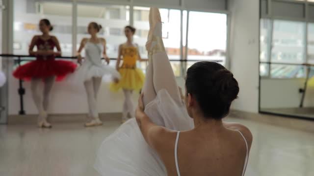beine hoch - ballettschuh stock-videos und b-roll-filmmaterial