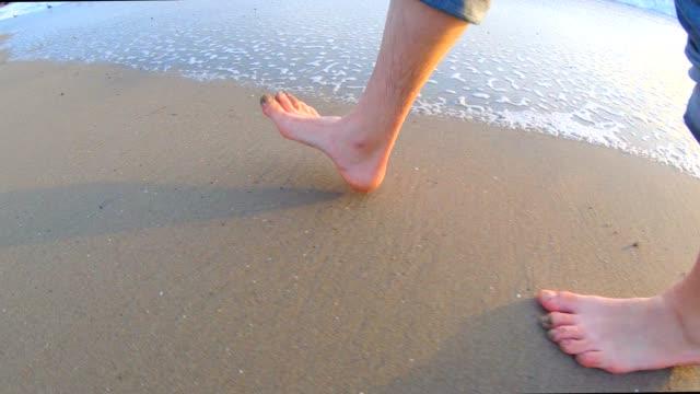 vídeos y material grabado en eventos de stock de piernas caminando en la playa - idílico