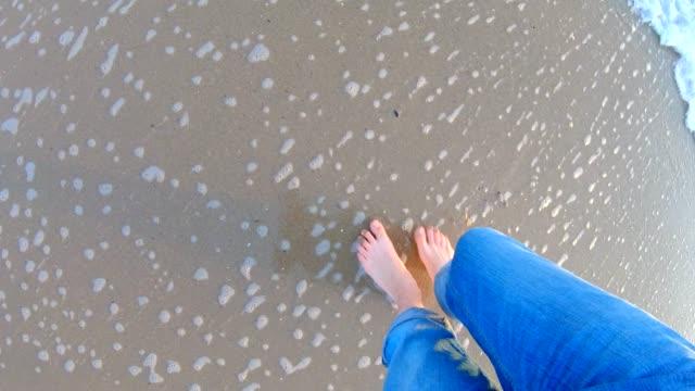 vidéos et rushes de jambes marchant sur la plage - pieds nus