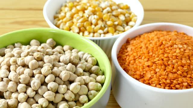 vídeos de stock e filmes b-roll de legumes on wooden table - legumes
