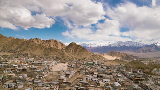 vídeos de stock, filmes e b-roll de cidade de leh com montanha leh ladakh índia - himalaias