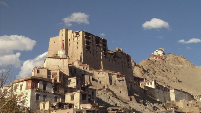 t/l, ms, la, leh palace in mountain landscape, leh, ladakh, jammu and kashmir, india - 17th century style stock videos & royalty-free footage