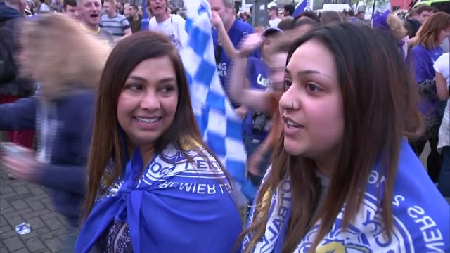 leicester city lift premier league trophy; vox pops fans band and fans singing outside stadium as celebrate becoming premier league champions for... - itv weekend late news点の映像素材/bロール