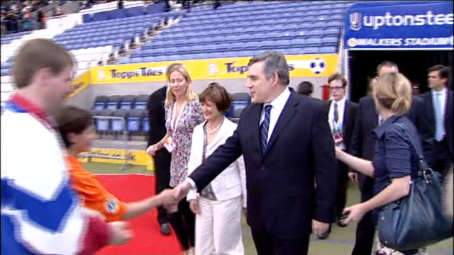 walkers stadium gordon brown and tessa jowell mp along in stadium and shaking hands at opening ceremony of the special olympics gb - レスターシャー点の映像素材/bロール