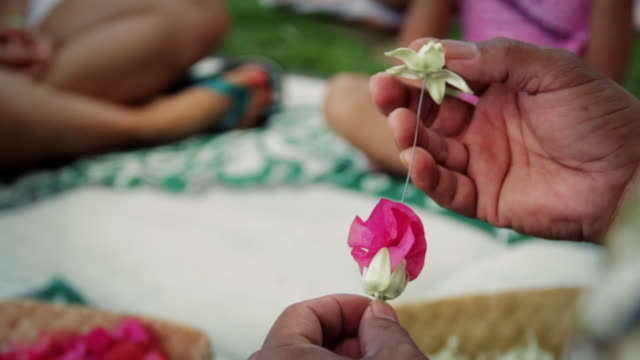 lei-making at a resort on kauai, hawaii - hawaiianische kultur stock-videos und b-roll-filmmaterial