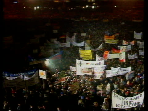 vidéos et rushes de leipzig demo e germany leipzig tms mass prodemocracy demo underway as protestors wield german flags and banners and chant sof av new forum speaker... - 1980 1989