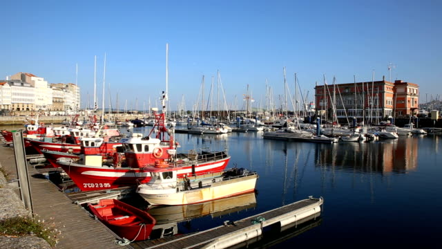 vídeos de stock e filmes b-roll de leisure boats and fishing boats in the port of a coruña in a sunny day. - tempo real