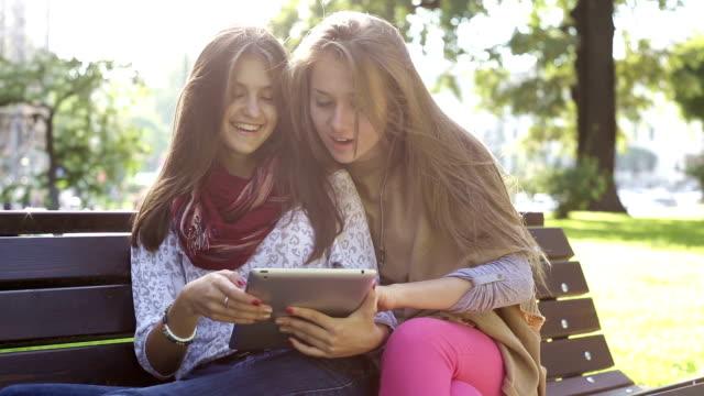 vidéos et rushes de moments de détente avec une tablette dans la ville - photo messaging