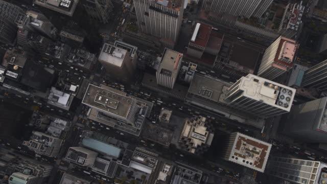 leisurely flight over midtown manhattan, view of st. patrick's cathedral near mid-clip. shot in 2011. - artbeats 個影片檔及 b 捲影像