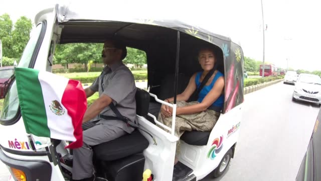 lejos de las convenciones la embajadora de mexico en la india eligio como su vehiculo oficial un cochecito tradicional hindu y no un moderno auto - moderno stock videos & royalty-free footage