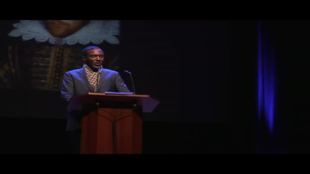vídeos y material grabado en eventos de stock de lemn sissay reading from william shakespeare's as you like it, live at world book night. lemn sissay is an author, broadcaster and playwright. a... - guionista