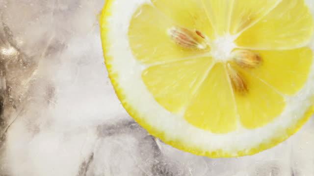 Limão, gelo e a água de fundo