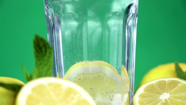 vídeos y material grabado en eventos de stock de agua mineral de limón - mint leaf culinary