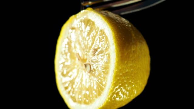 vidéos et rushes de citron tranche gros plan - aliment en portion