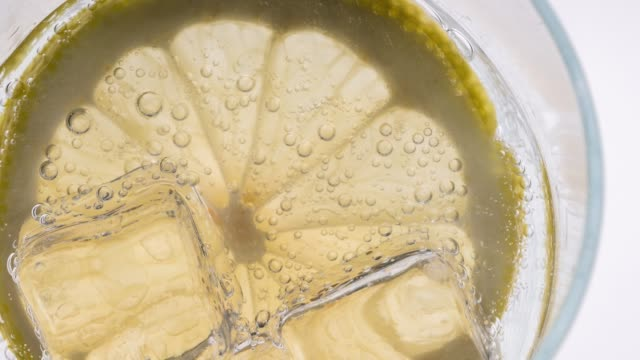 lemon slice splashing into cold drink - tonic water stock videos & royalty-free footage