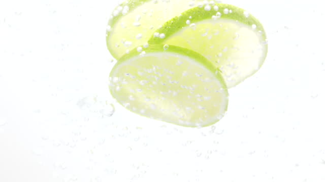 zitrone scheiben fallen in wasser - scheibe portion stock-videos und b-roll-filmmaterial