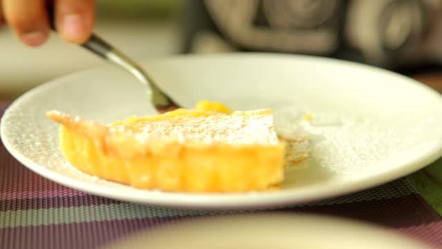 vídeos y material grabado en eventos de stock de tarta de limón postre en el cafe - pastel dulce